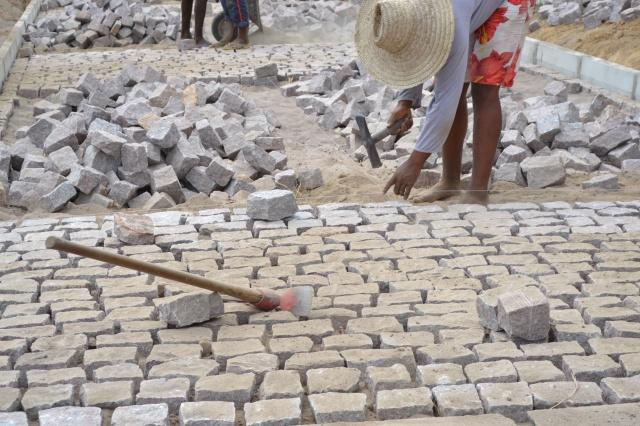 Prefeituras de Pombal e Riacho dos Cavalos fecham contratos para obras de pavimentação e construção de praça