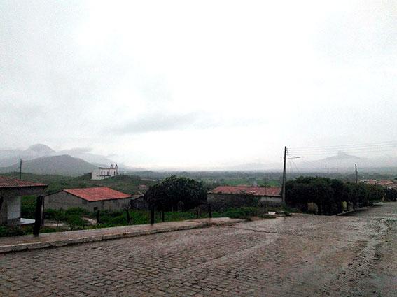 Chove 31mm em Jericó na manhã desta segunda; moradores enviam vídeos de riachos da região
