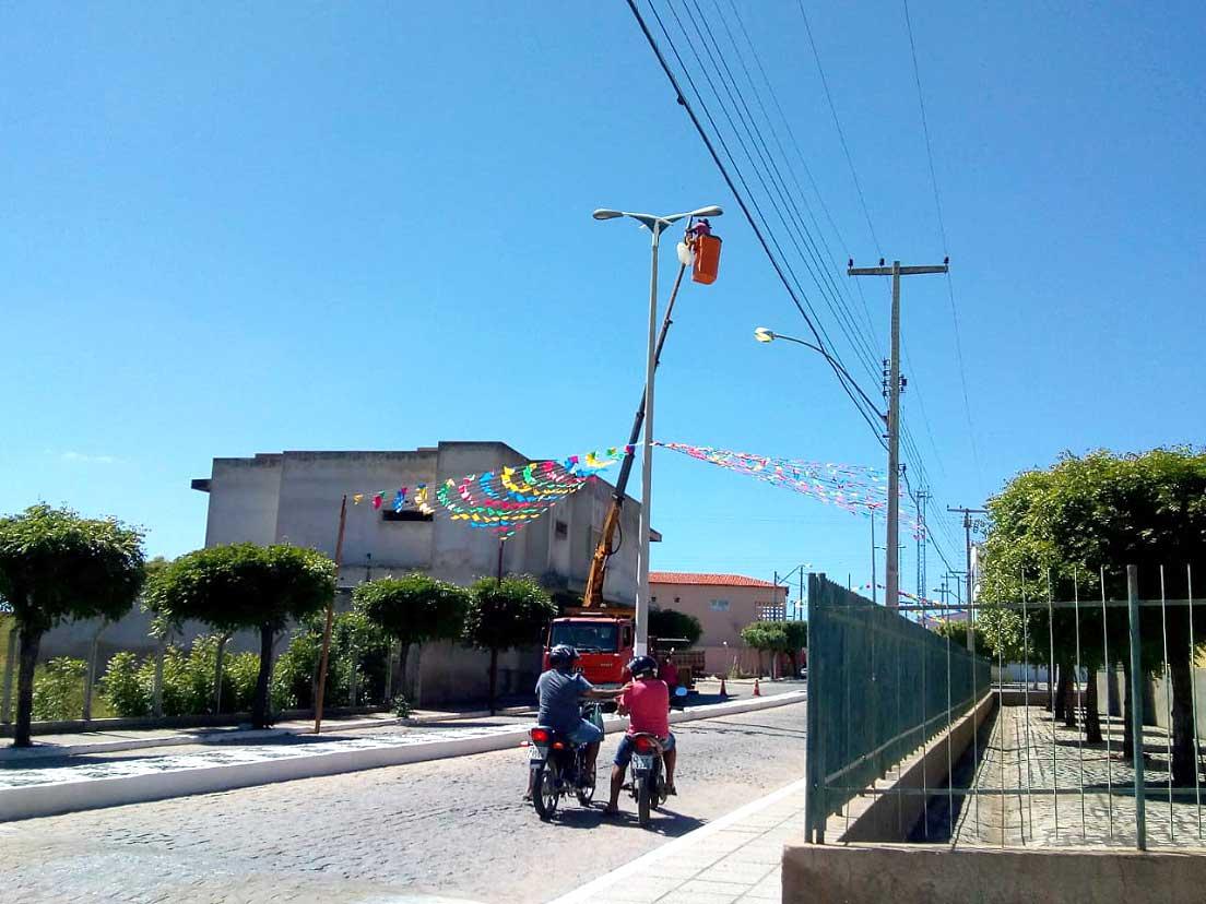 Prefeitura de Mato Grosso realiza troca de lâmpadas na principal avenida da cidade