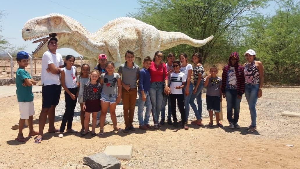 Alunos do SCFV de Mato Grosso participam de aula no Vale dos Dinossauros
