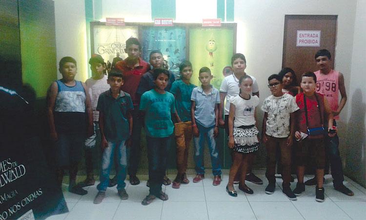 Agentes do SCFV de Mato Grosso promovem sessão de cinema para usuários em Catolé do Rocha