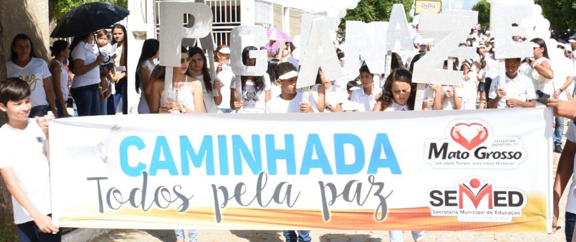 População de Mato Grosso sai às ruas na 3ª Caminhada pela Paz; prefeito assina ordens de serviços