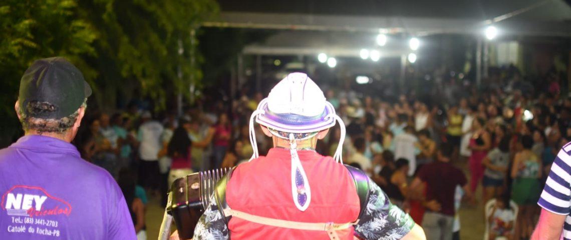 Idosos do grupo 'Feliz Idade' participam de Forró na Praça José João de Lima