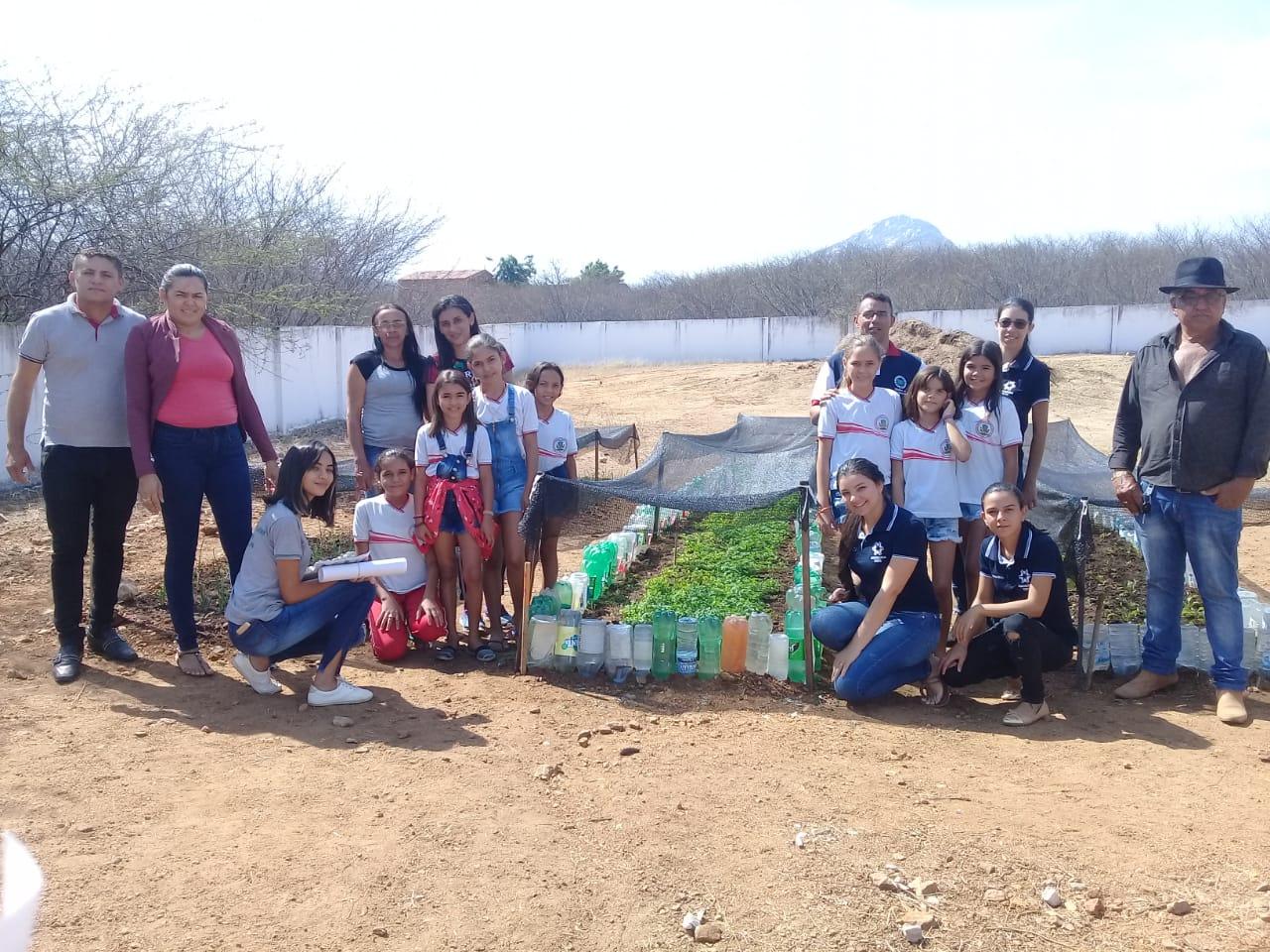 Frutos da Horta implantada por alunos na Escola Maria Izabel, em Mato Grosso, são usados na merenda escolar