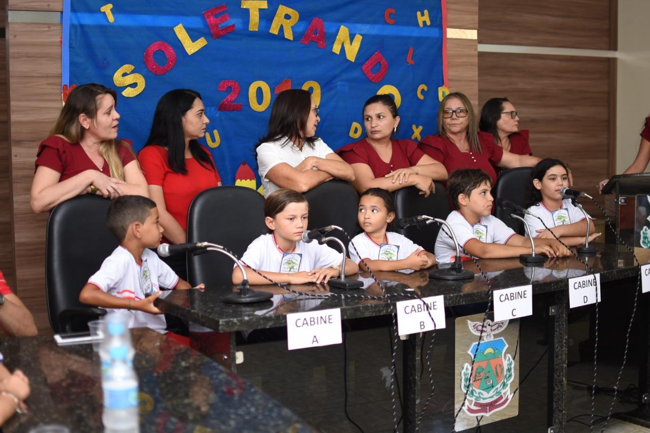 Alunos da rede municipal de ensino recebem premiações na 4ª edição do Projeto Soletrando